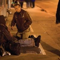 Médico se disfarça de mendigo para atender moradores de rua